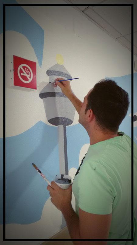Miguel Ángel, diseñador de la segunda planta, pintando el aeropuerto