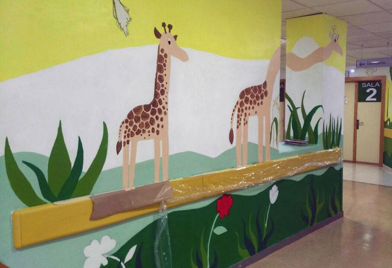 Mural de las jirafas casi terminado.