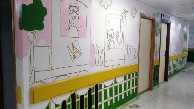 Empezando a dar color al mural del tren en el pasillo.