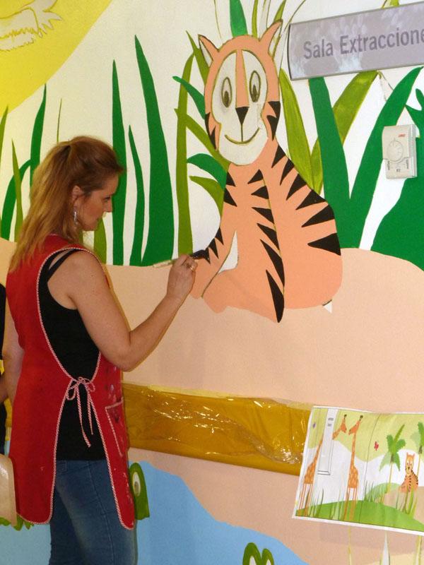 Carmen pintando el mural del tigre