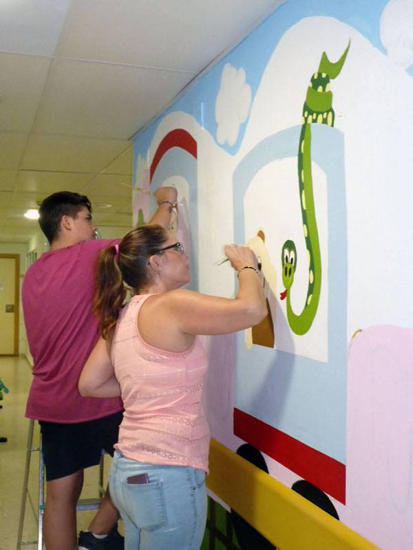 Voluntarios dando color al tren, ya casi terminado