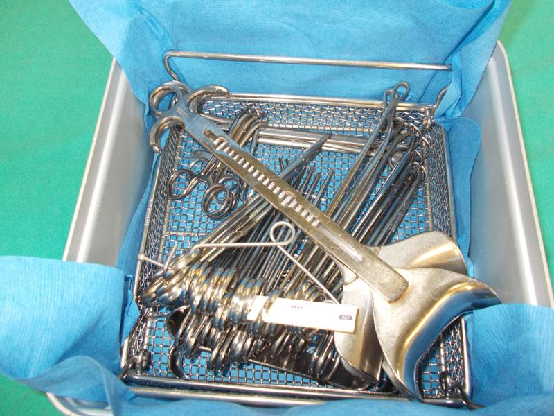 Contenedor quirúrgico instrumental sucio: contenedor que llega a la UE.  para el proceso completo. 1º Instrumental lavado y configurado