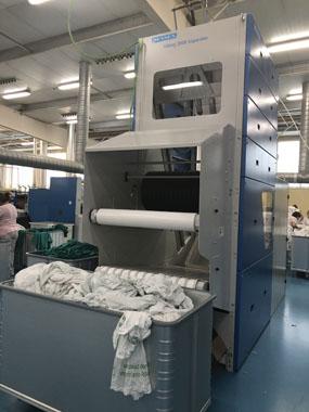 Maquinaria que permite separar ropa plana de grandes dimensiones