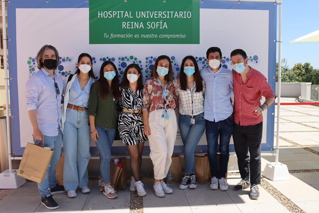Compañeros de Enfermería posan en una foto para el recuerdo