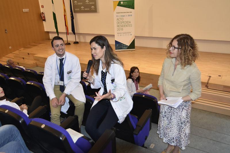 La periodista Marta Jiménez pregunta a los residentes Alvaro Sánchez y Nazaret Peláez