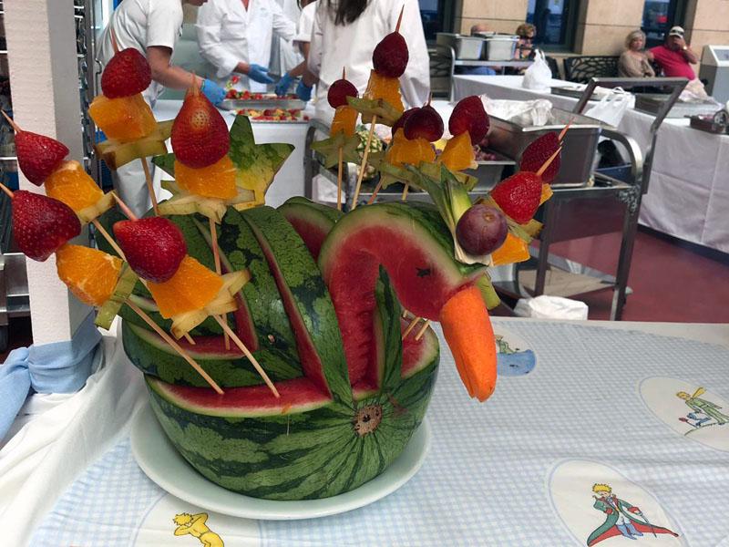 El servicio de Alimentación participó elaborando orginales formas con frutas