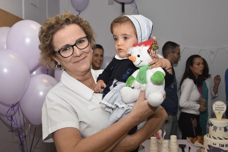 La doctora Párraga posa con una de las bebés que ha estado ingresada