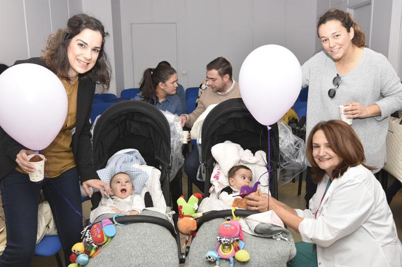 Lourdes del Río posa con una familia que recibió ya el alta