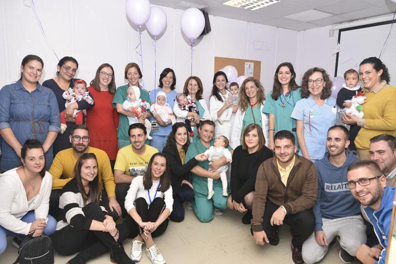Padres, madres y profesionales posan en una foto de familia