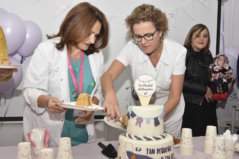 Profesionales del hospital partiendo la tarta