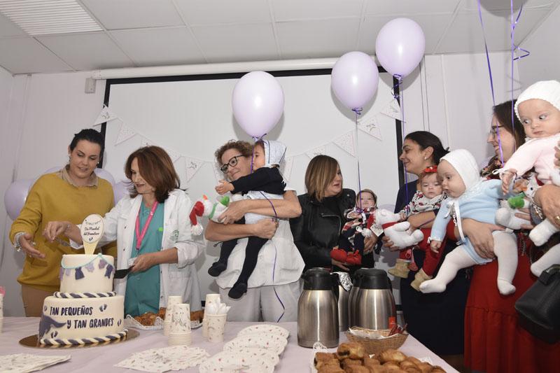 Profesionales y mamás partiendo la tarta