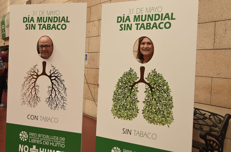 Profesionales en el photocall que invita a respirar sin tabaco