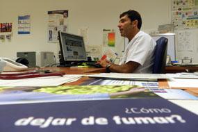 El doctor Ranchal atiende a un profesional en su consulta de deshabituación tabáquica