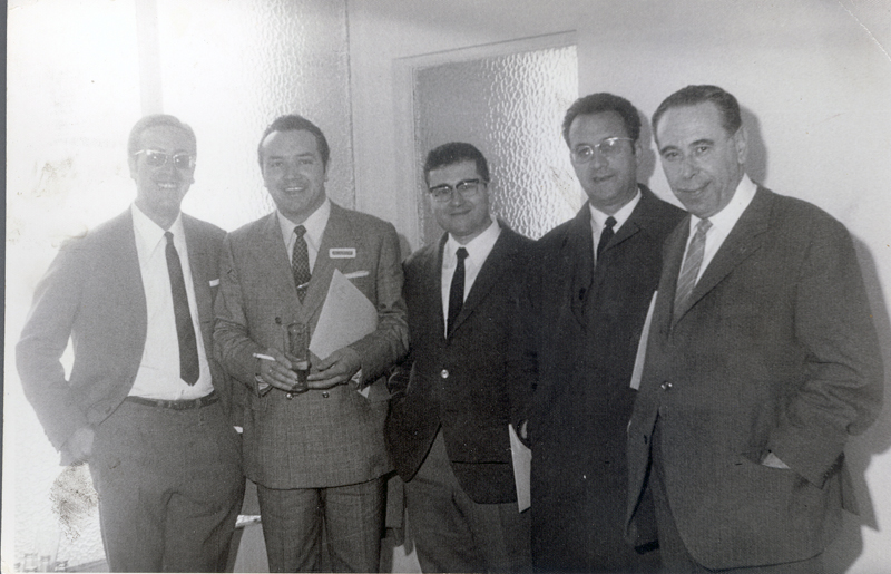 Domingo García y otros pediatras en un congreso. 1974