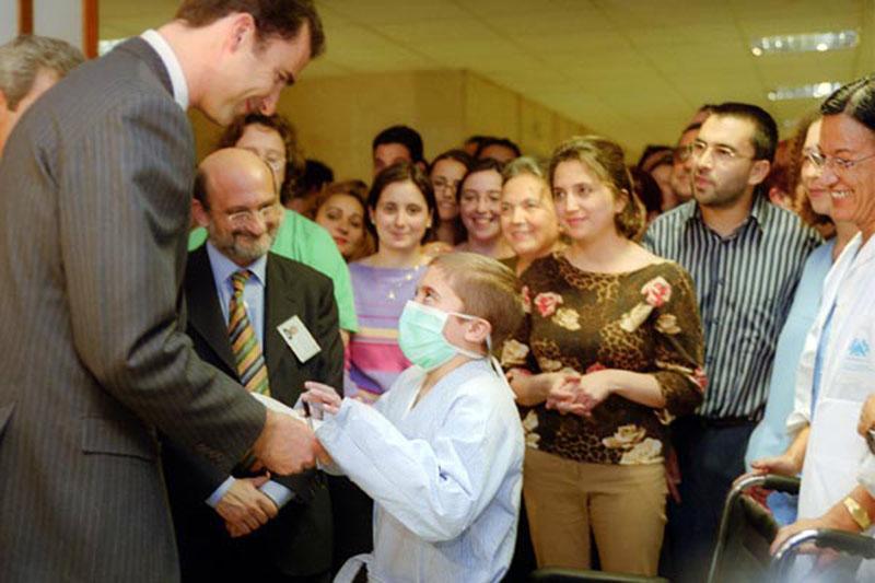 Don Felipe saluda a un niño trasplantado. 2002