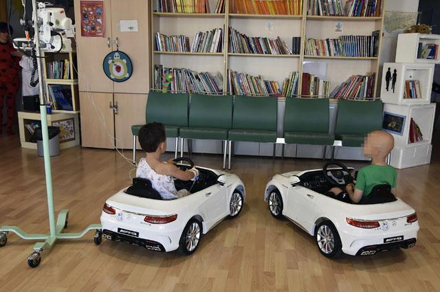 Dos niños ingresados disfrutan de los dos coches donados al Hospital