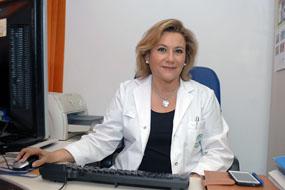 La doctora Salcedo en su mesa de trabajo