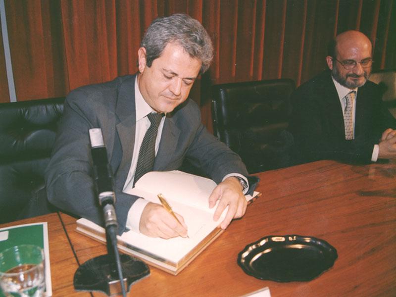 El Consejero de Salud, Francisco Vallejo, firma en el Libro de Oro. 2001