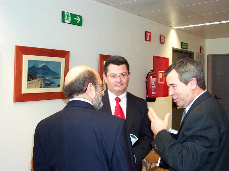 El delegado de Salud, Jesús Mª Ruiz, en la inauguración de la exposición de José Garnelo. 2003