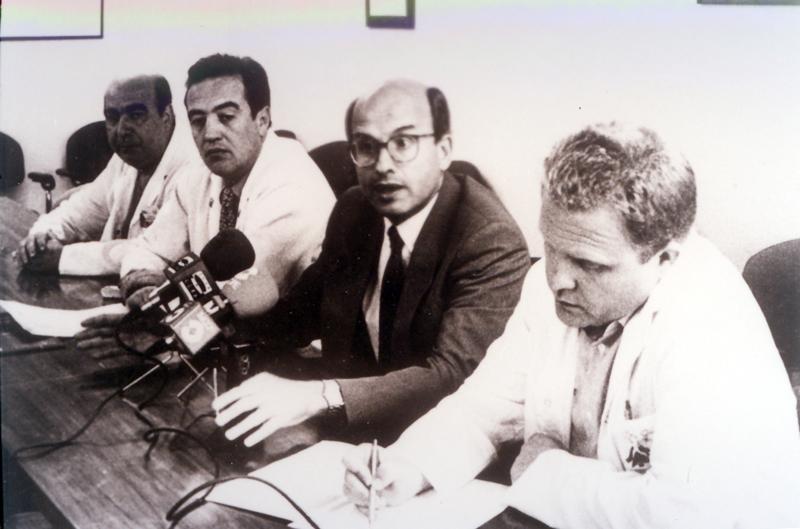El director gerente Gonzalo Cisneros acompañado de otros responsables del centro. 1995