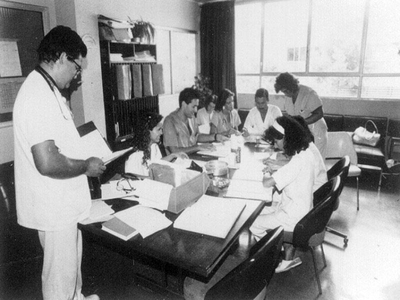El doctor Antonio Berlango, con el equipo médico y de enfermería de Observacion. 1992