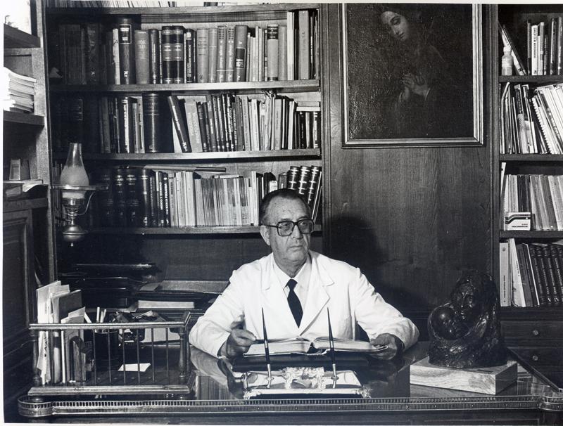 El jefe de servicio de Pediatría Domingo Garcia Pérez, en su despacho. 1999
