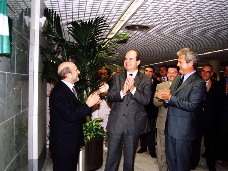 El presidente de la Junta, Manuel Chaves, inaugura el edificio de Consultas Externas. 2002