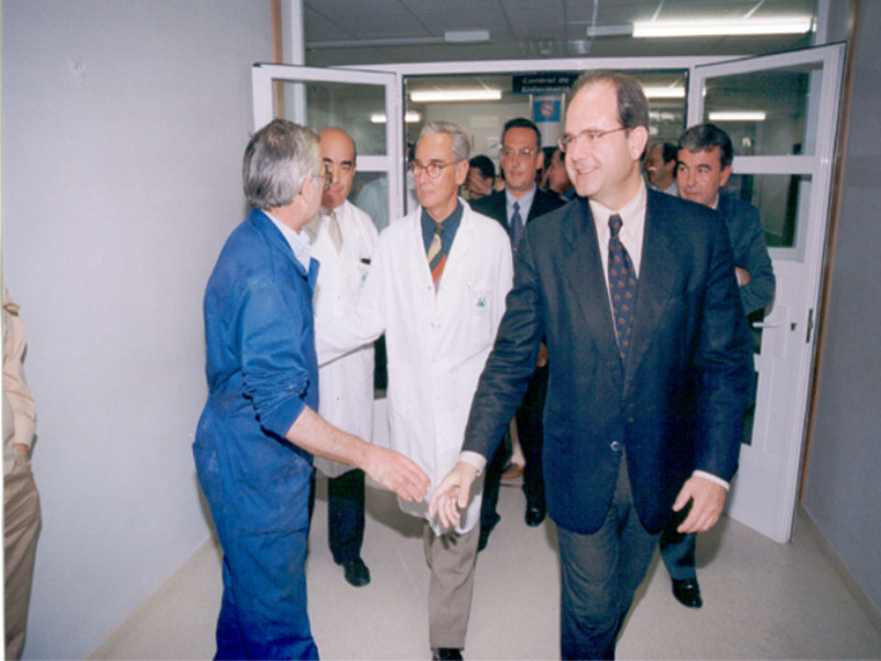 El presidente de la Junta, Manuel Chaves, viene al hospital después de producirse el incendio. 1996