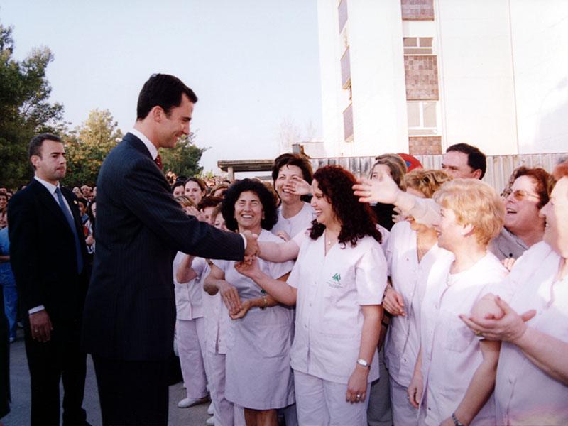 El Príncipe saluda a los profesionales. 2002