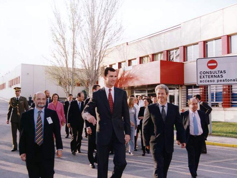 El principe visitó el hospital. 2002