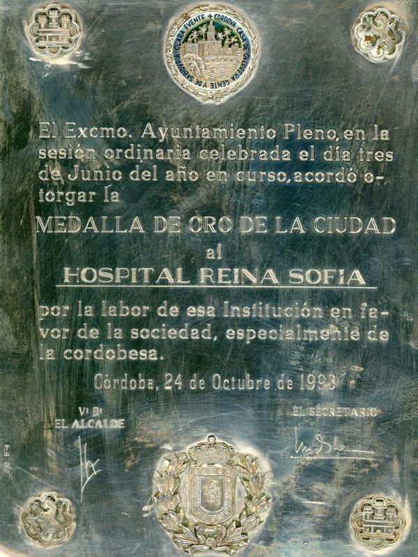 En la concesión de la Medalla de Oro de la Ciudad de Córdoba el honor es nuestro. 1998