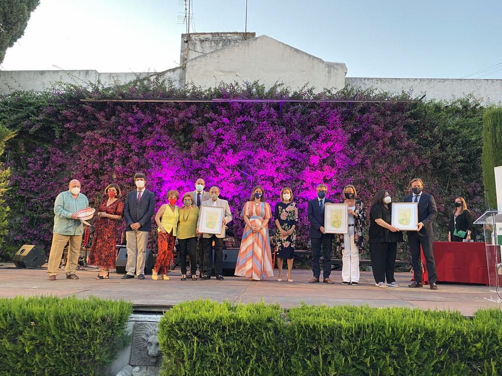 Foto familia premiados y autoridades