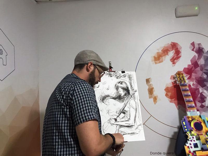 Miguel Áüngel Ruiz finaliza una de sus ilustraciones