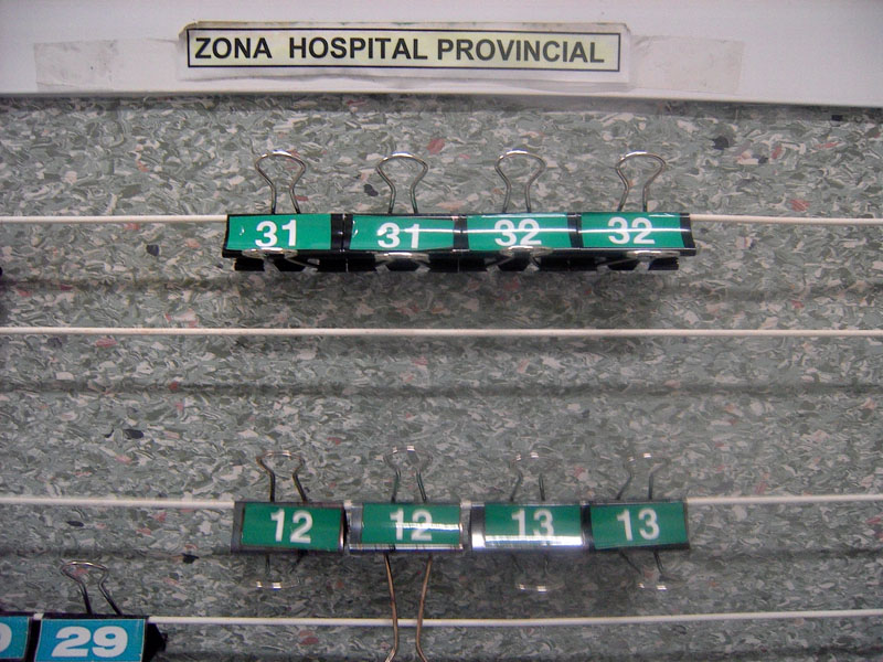 Pinza de colores con números, identifica los contenedores según hospital y contenedor/cestillo de lavado. H. Provincial