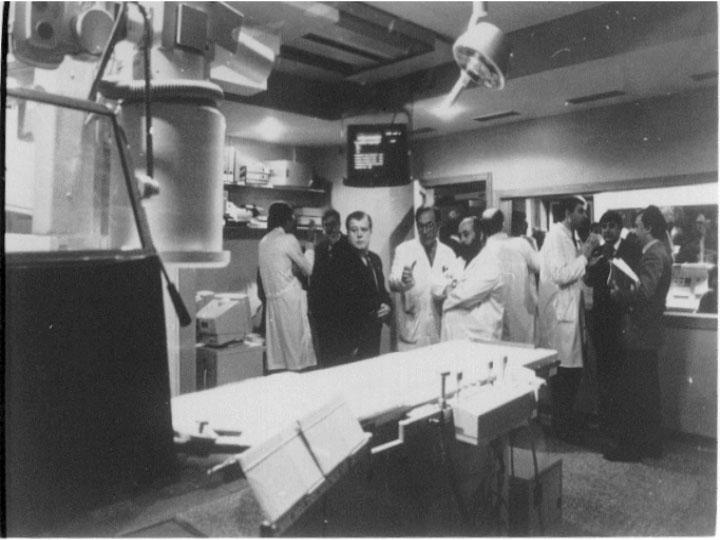 Inauguración de la segunda sala de hemodinámica que contó con la visita del consejero. 1993
