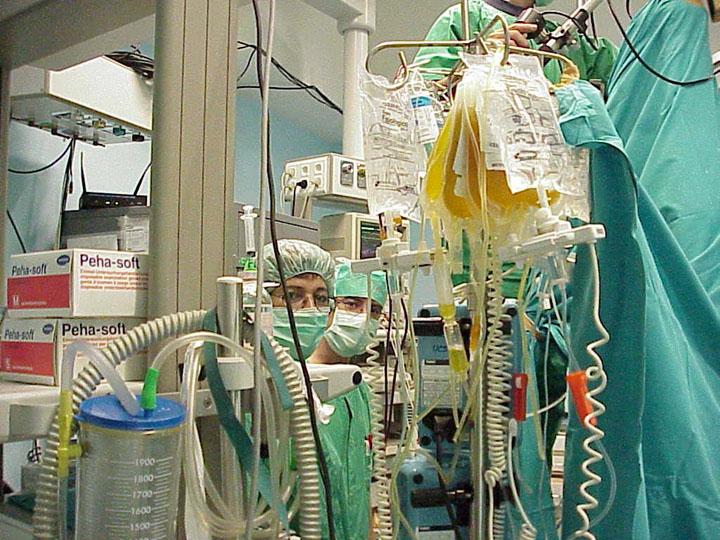 La anestesista Mercedes Lluch en quirófano. 1999