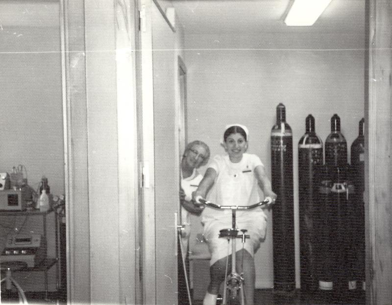 La enfermera Dolores Ruiz en la bici del servicio de neumología. 1975