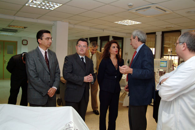 La viceconsejera de Salud, Mª Jesús Montero, visita la Unidad de Diálisis. 2004