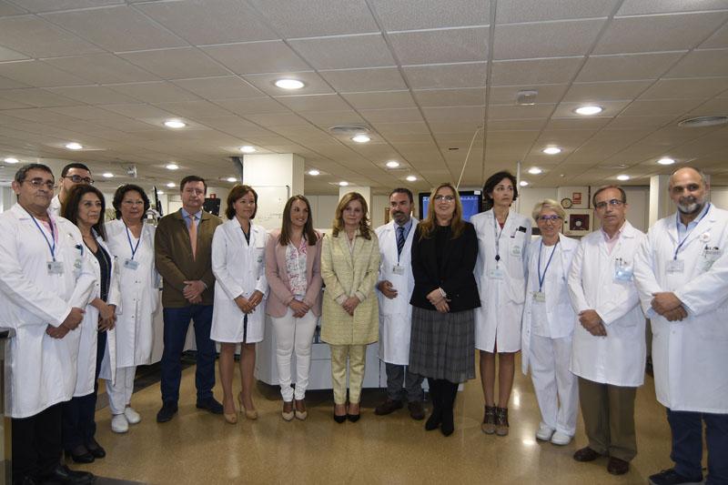 Autoridades, profesionales y equipo directivo en la visita a los laboratorios del hospital