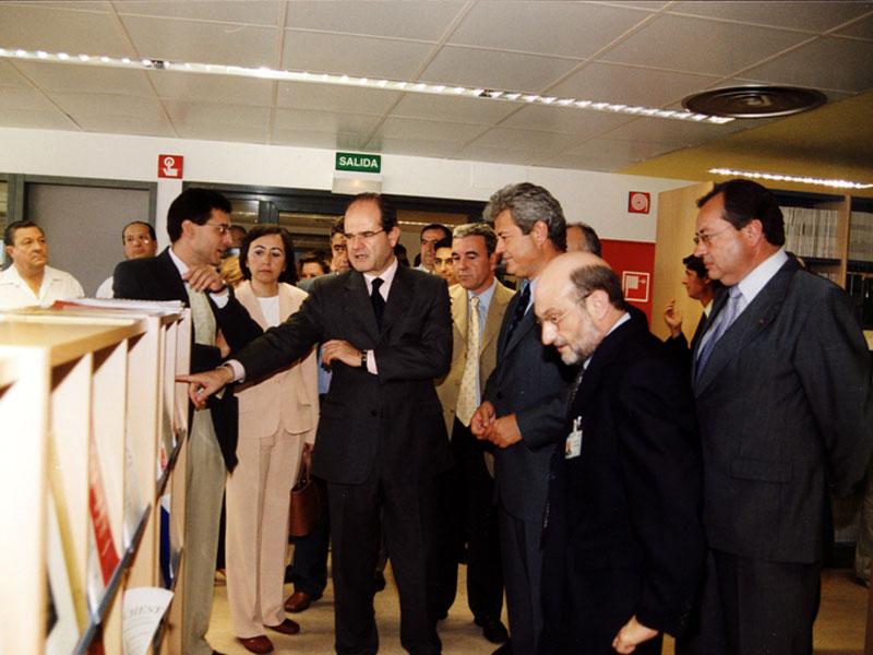 Las autoridades visitan la nueva biblioteca del hospital. 2002