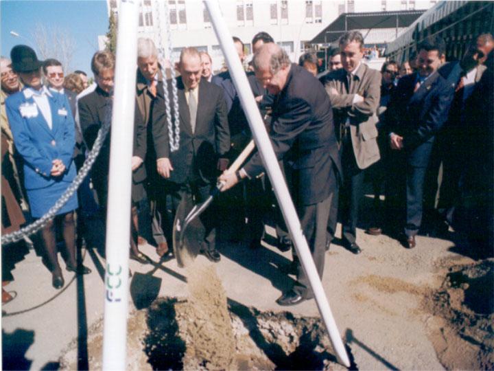 Listos para empezar la nueva edificación. 1999