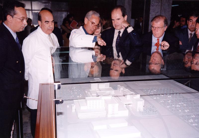 Manuel Chaves en el hospital general ante la maqueta del complejo sanitario. 1999