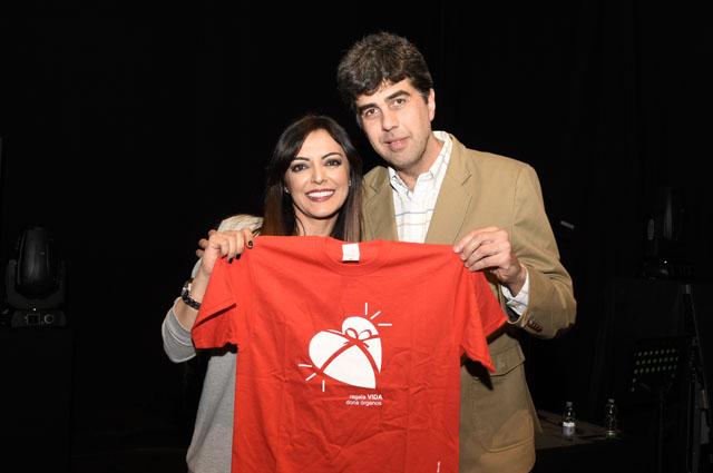 La cantante Merche posa con el coordinador de trasplantes José María Dueñas