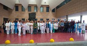 Profesionales del hospital durante el minuto de silencio