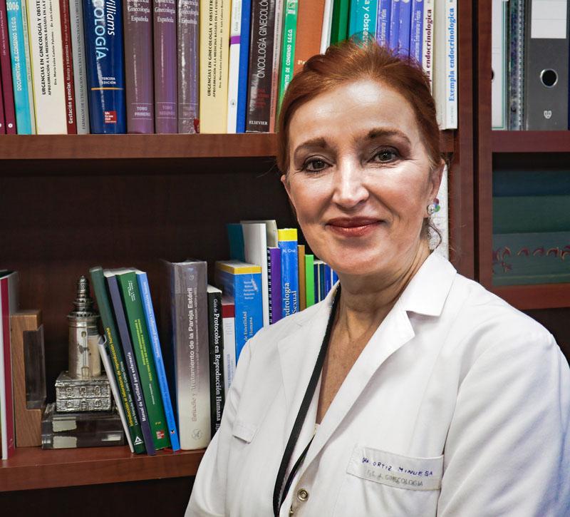 El Ginecólogo Balbino Povedano, prepara instrumental en la consulta de histeroscopia diagnostica.