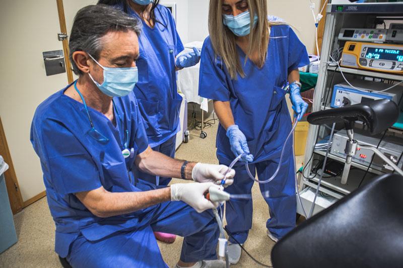 El Ginecólogo José Ángel Monserrat, en la consulta de tracto genital inferior