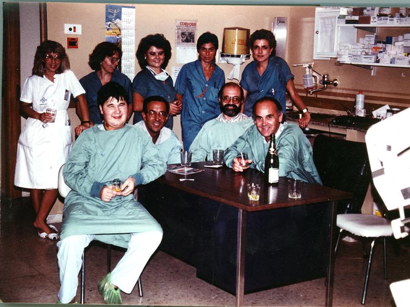 Paciente trasplantado de corazón junto al equipo médico y de enfermería. 1986
