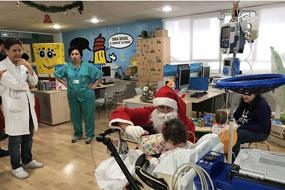 Papá Nöel con una de las niñas hospitalizada