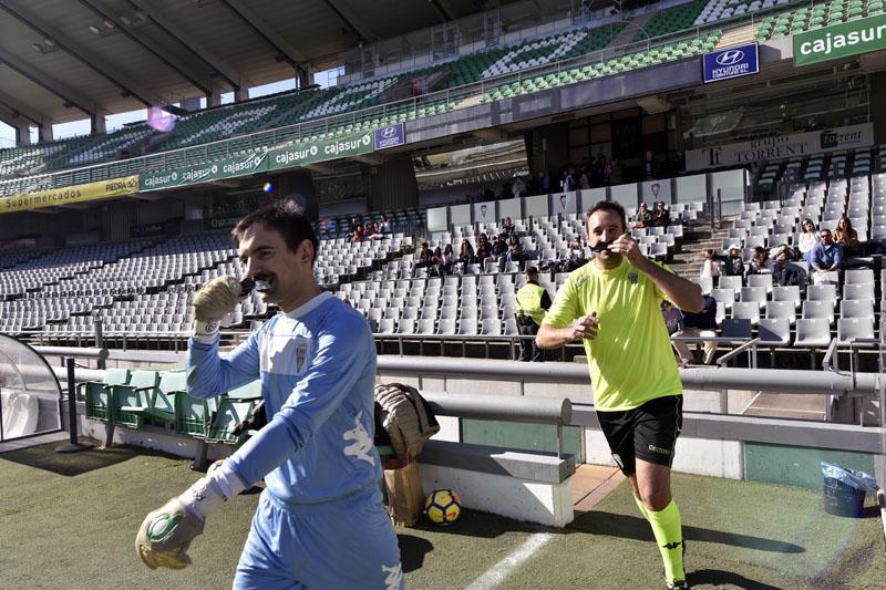 Jugadores del equipo sanitario saltan con su bigote al campo