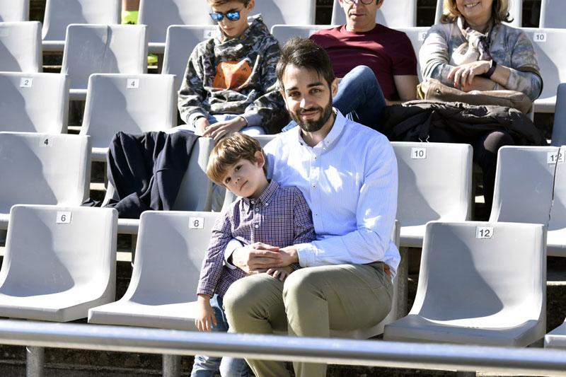 Niños y mayores antes del inicio del partido